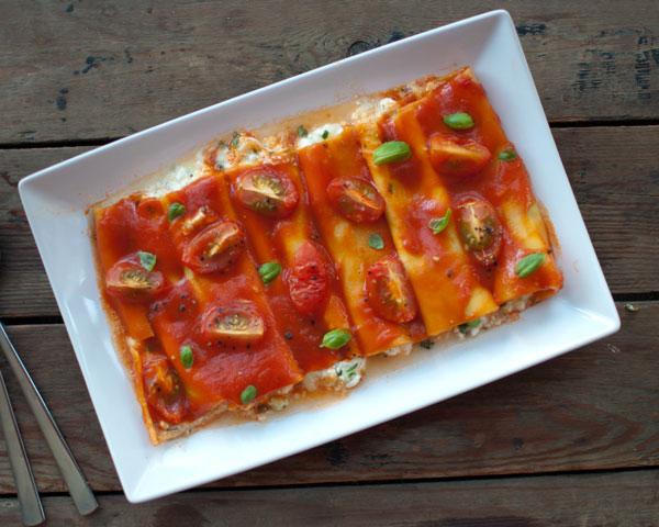 Cannelloni met kaas, lente-ui en basilicum
