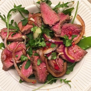 Thaise biefstuk salade met rode ui