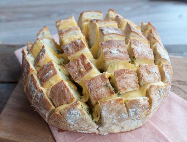 Borrelbrood met kaas en kruidenboter