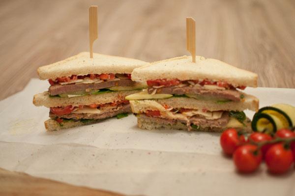 Clubsandwich met rosbief en truffel