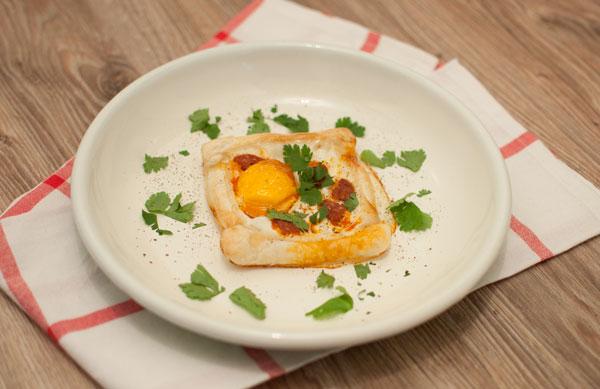 Ontbijttaartjes met chorizo en ei