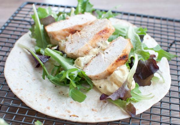 Wraps met gegrilde kip en kerriesaus