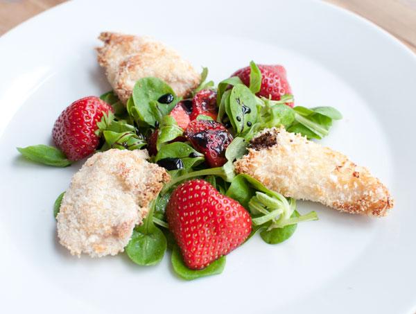 Krokante kip met aardbeien
