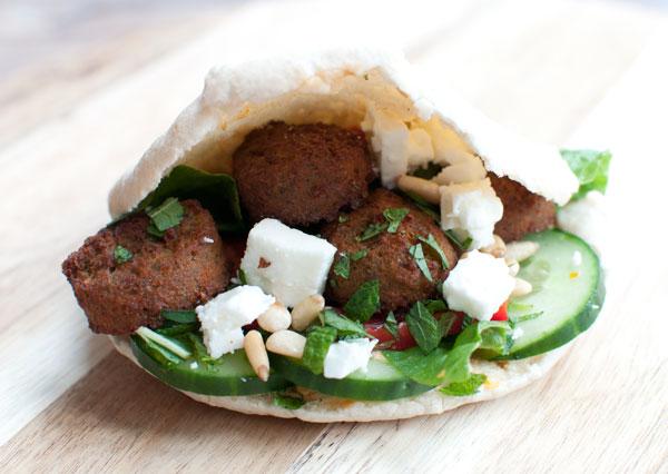 Broodjes falafel met feta en hummus