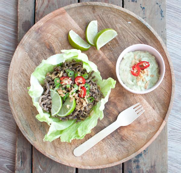 Slawraps met pittig gehakt en avocadomayonaise