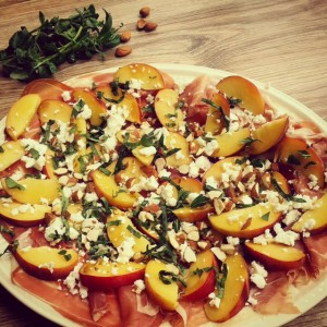 Salade met perzik, feta en prosciutto