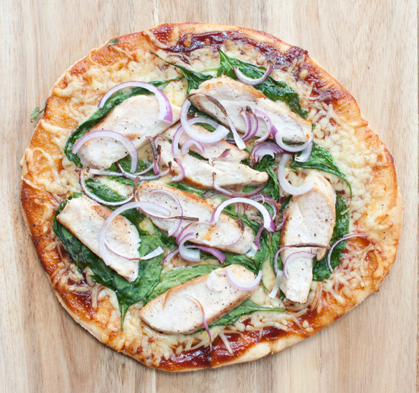 Barbecue style pizza met kip