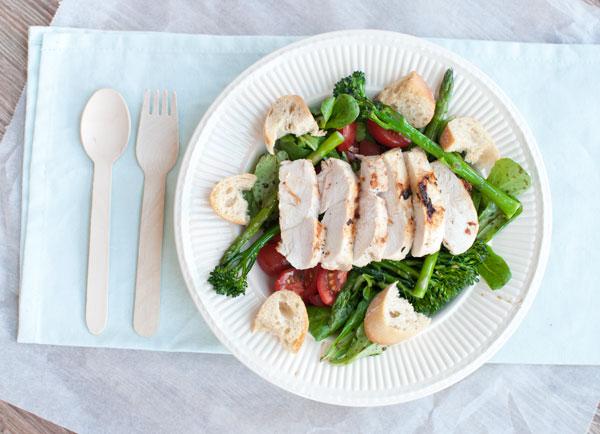 Groene salade met gegrilde kip