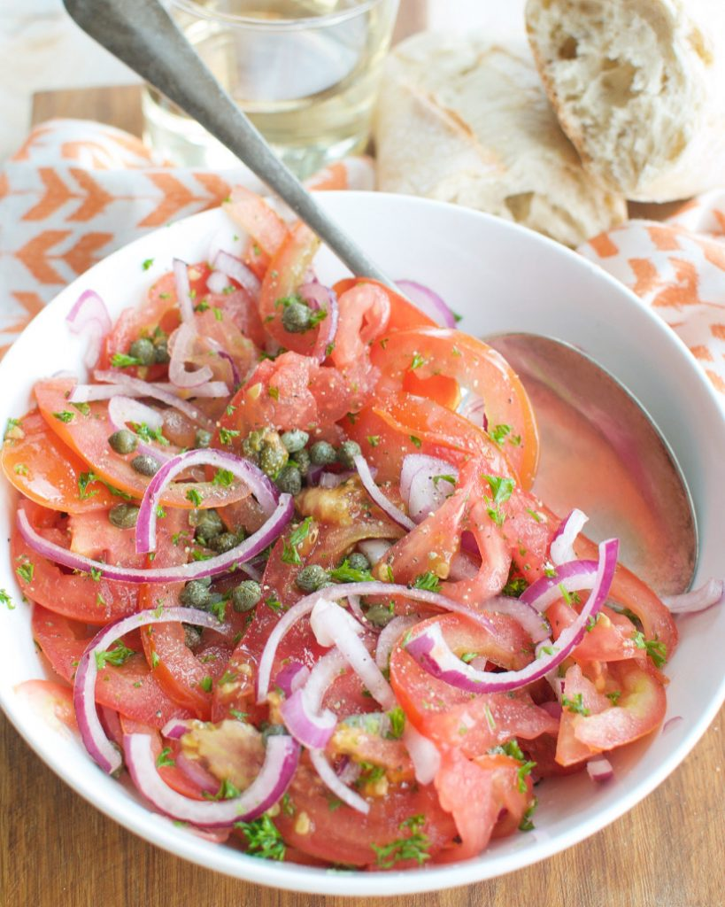 Tomatensalade met kappertjes en rode ui