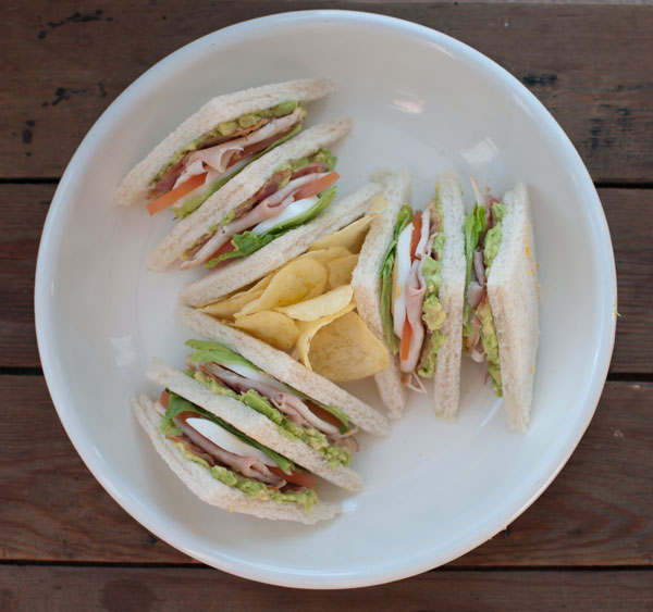 club sandwich met avocado en kip