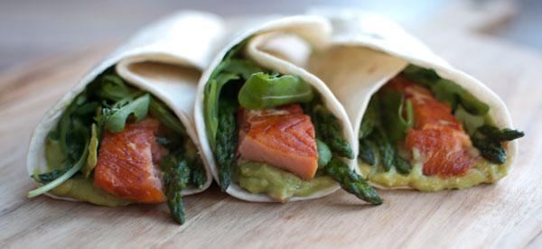 Wraps met warm gerookte zalm en avocadomousse