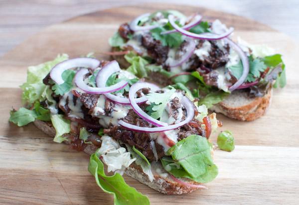 Broodje sukade met rode uienchutney en honing-mayonaise