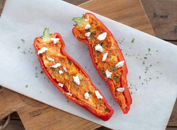 Gevulde paprika met tomatenrijst en geitenkaas