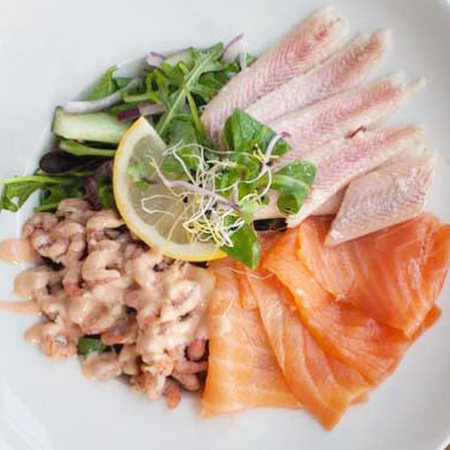 Salade met gerookte zalm, Hollandse garnalen en paling