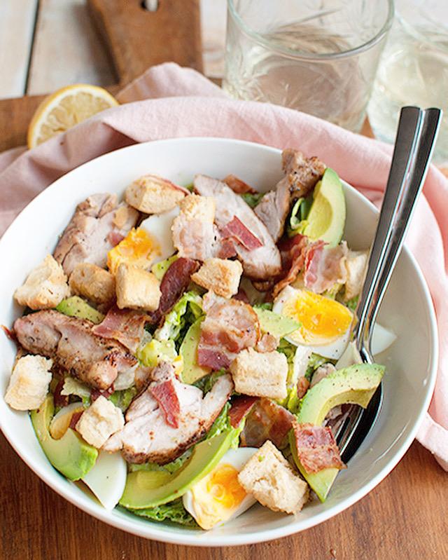Caesar salade met avocado en kip