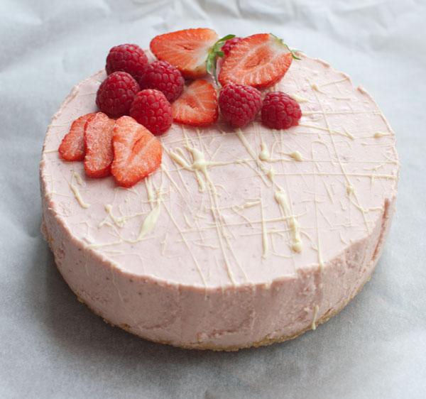Kwarktaart met aardbeien en witte chocola