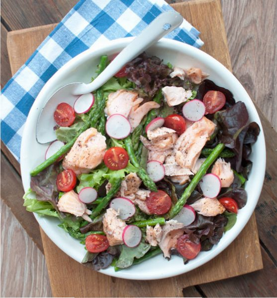 Lauwwarme salade met zalm en groene asperges