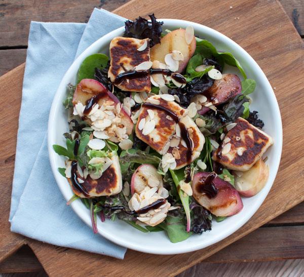 Salade met gegrilde perzik en halloumi