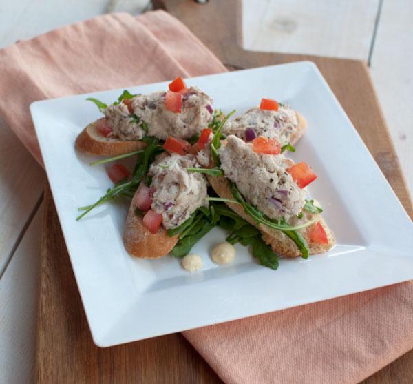 Crostini met gerookte makreel