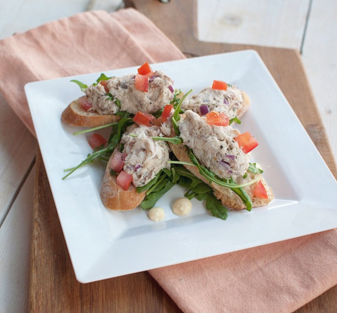 Crostini's met gerookte makreel