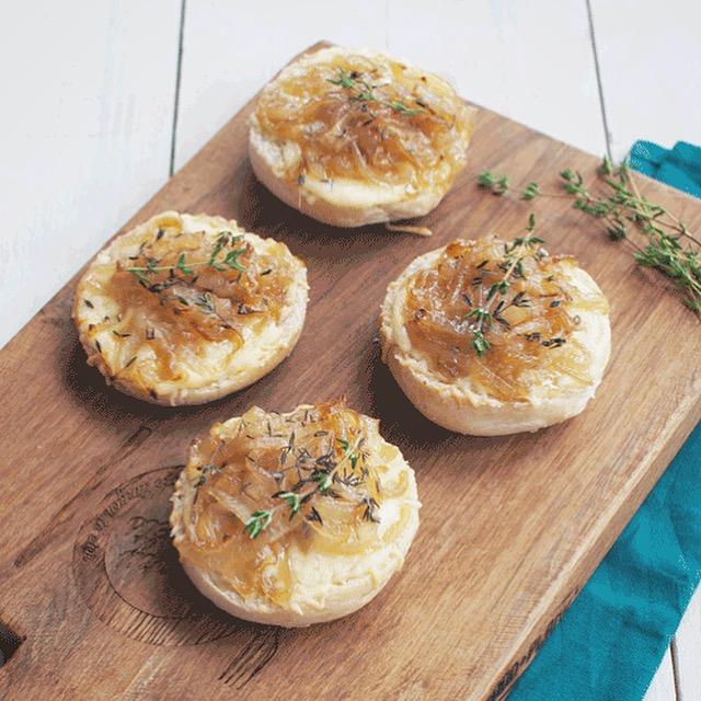 Toast met kaas en gekarameliseerde ui