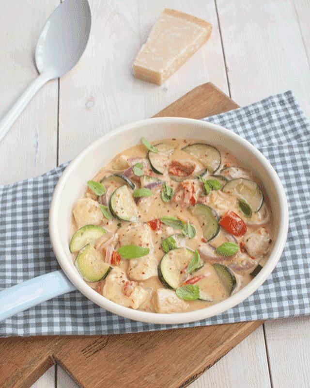 Italiaanse roomkip met courgette en zongedroogde tomaat