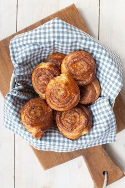 snelle kaneelbroodjes van croissantdeeg