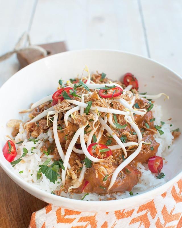 Pittige pindakip met rijst