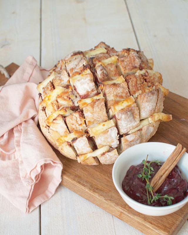 Borrelbrood met brie en cranberrychutney