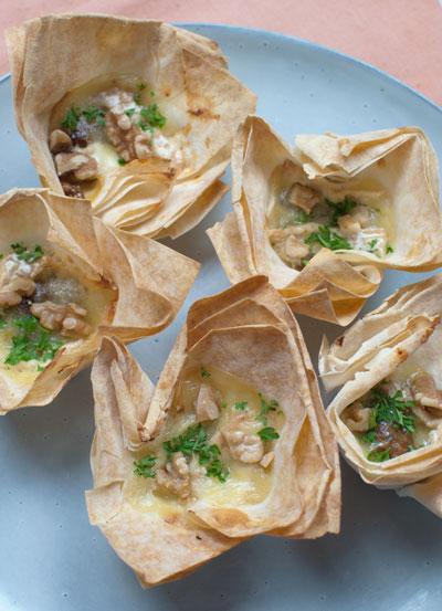 Bakjes van filodeeg met camembert en walnoot-vijgentapenade