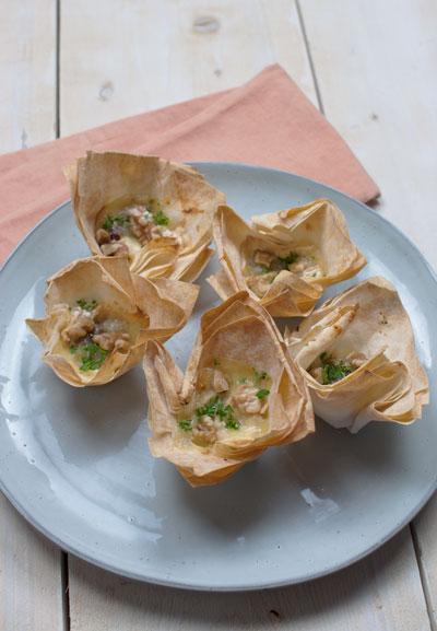 Filodeegbakjes met camembert en walnoot-vijgentapenade