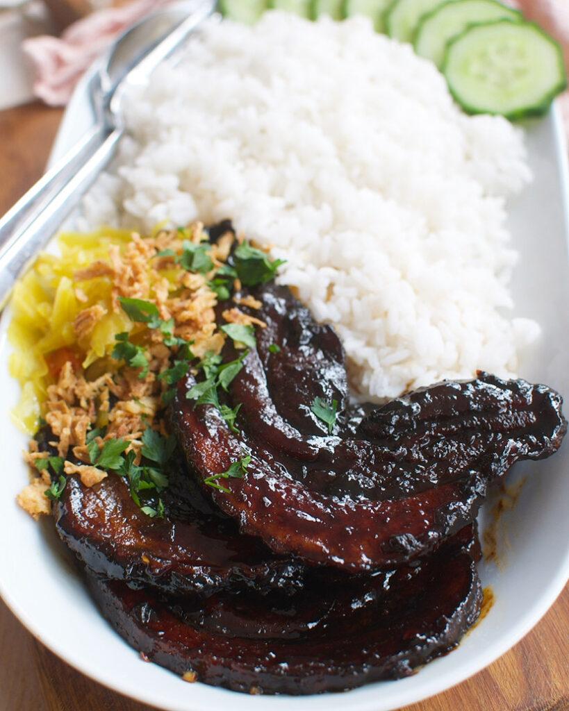 Sticky pittige speklapjes met ketjap en rijst
