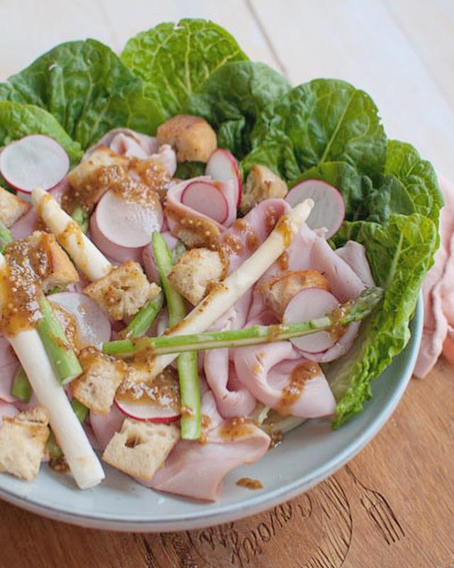 Salade met beenham en honing-mosterddressing
