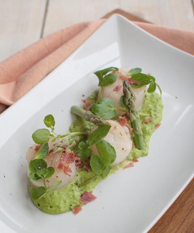 Coquilles met doperwtenpuree en pancetta
