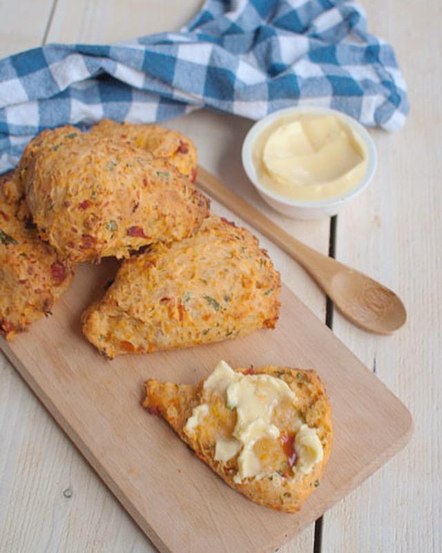 Hartige scones met tomaat en basilicum