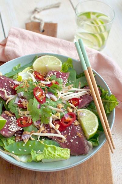 Thaise salade met biefstuk en rode ui