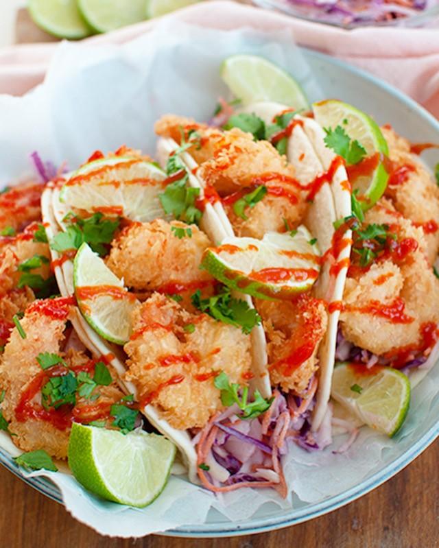 Taco's met krokante garnalen met koolsalade