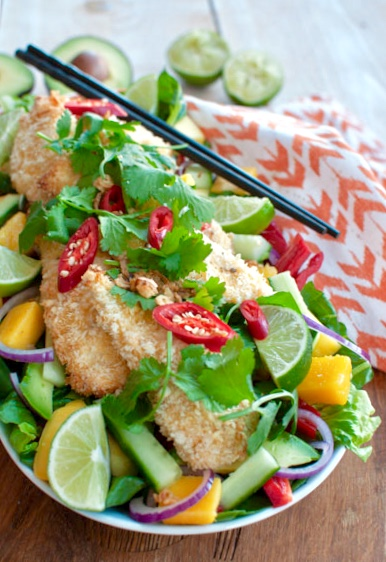 Thaise salade met krokante kokoskip en mango
