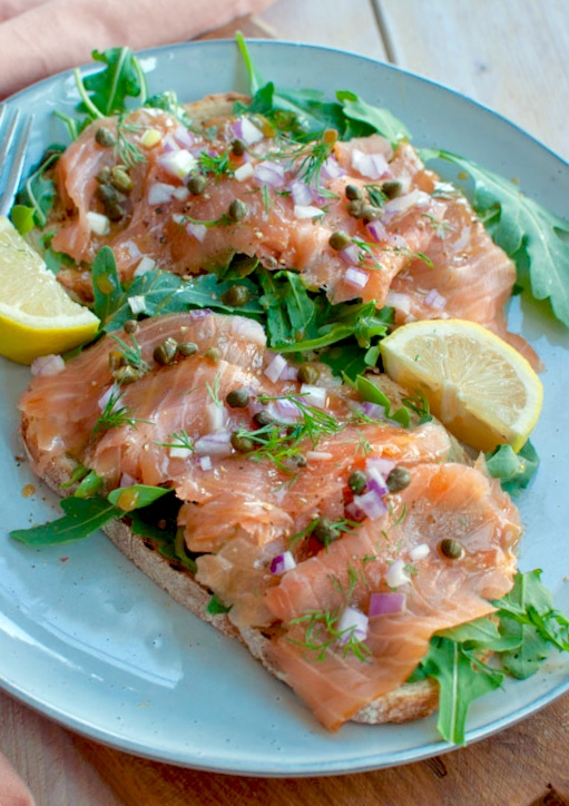 Gerookte zalm met honing-dillemayonaise