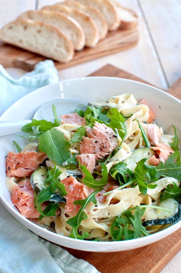 Romige pasta met zalm en courgette