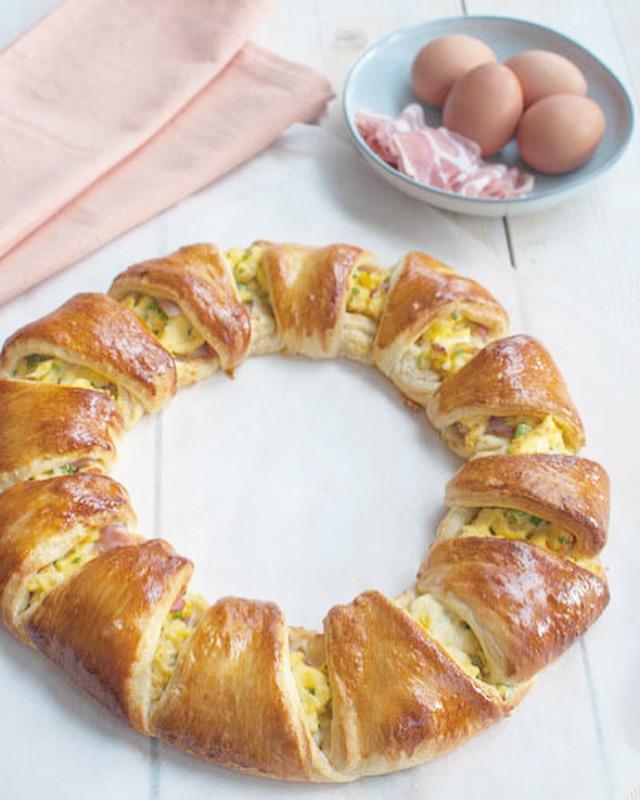 Croissantkrans met roerei en bacon