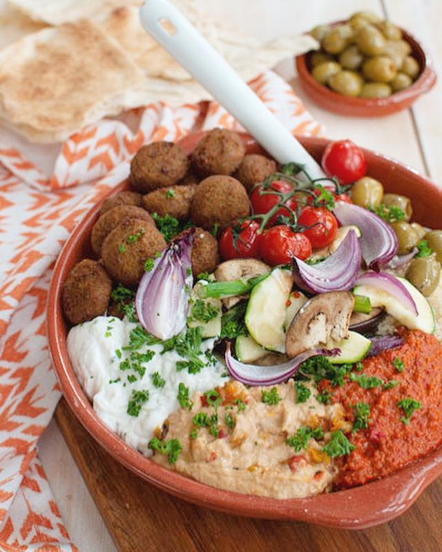 Couscous schotel met falafel en gegrilde groente