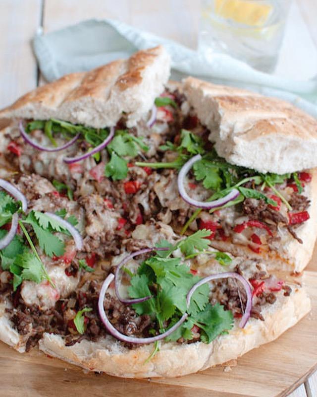 Turks brood met pittig gehakt en chilisaus