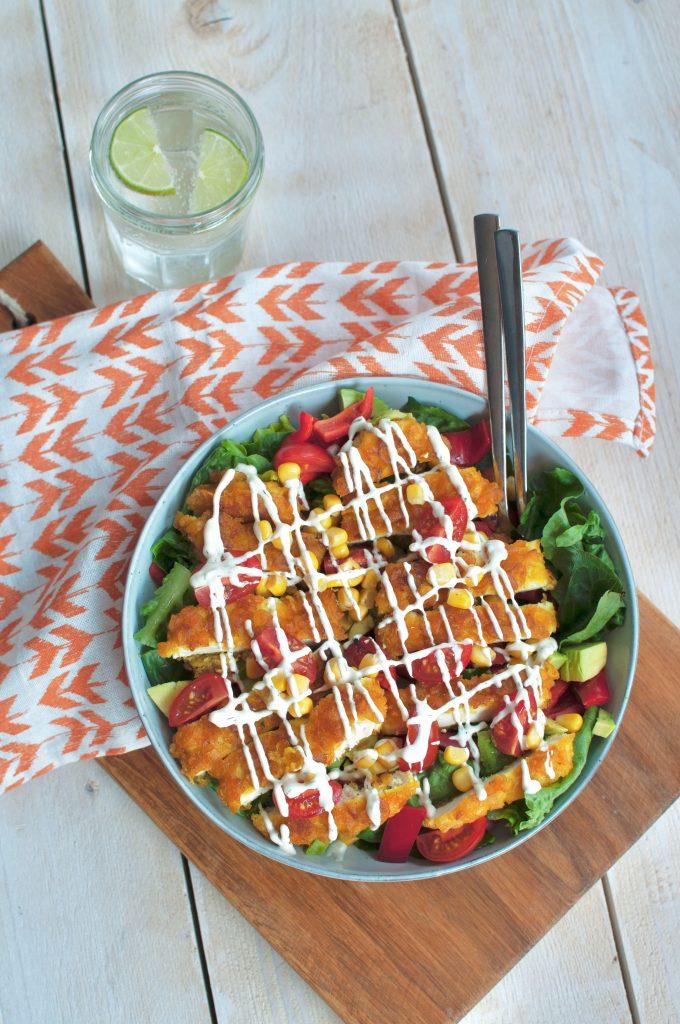 Salade met krokante kip en ranchdressing