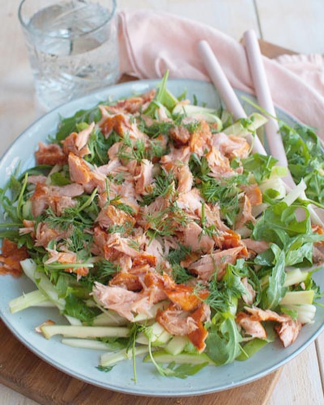 Salade met warm gerookte zalm en venkel
