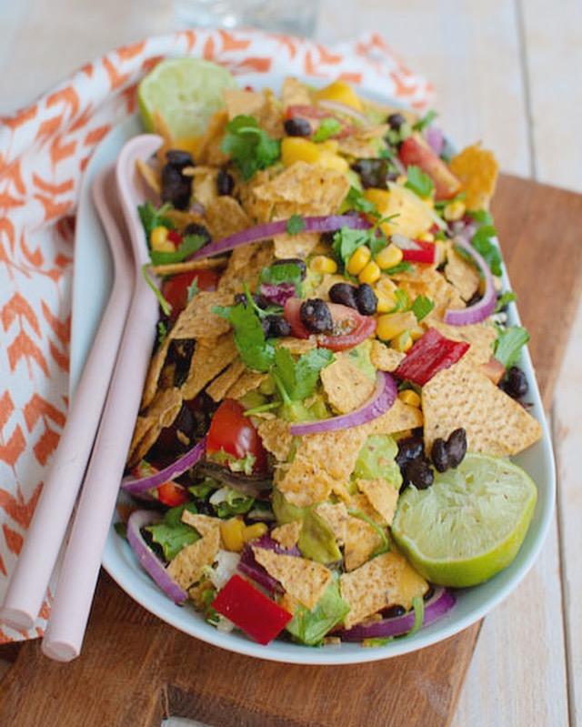 Nacho salade met mango en guacamole