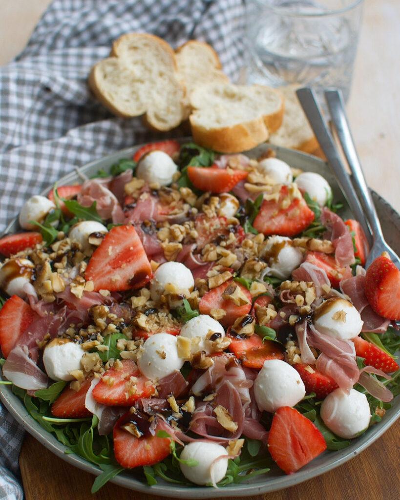 Caprese salade met aardbeien en prosciutto