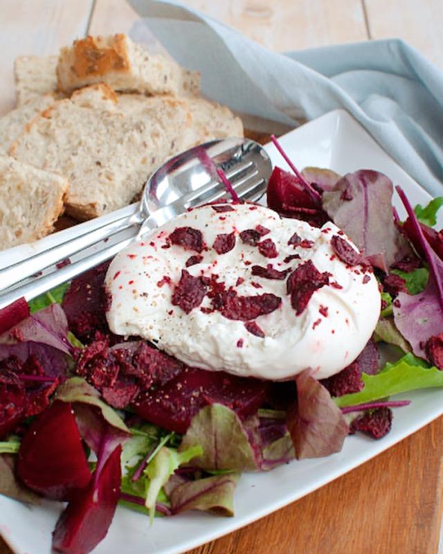 Salade met geroosterde bietjes en burrata