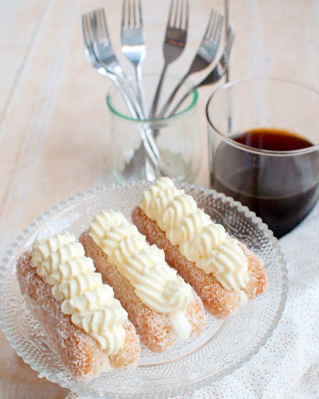 Lange vinger taartjes met slagroom