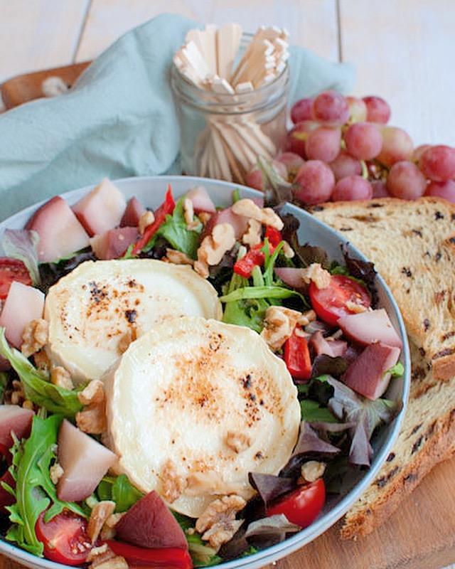 Salade met warme geitenkaas en zoete peertjes